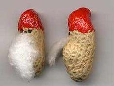 Erdnuss Weihnachtswichtel: mit rotem Filzstift wird der Hut aufgemalt, mit schwarzem Filzstift das Gesicht, mit Watte wird ein Bart angeklebt.