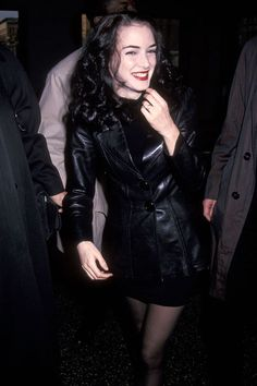 winona ryder grunge Winona ryder in Leather jacket, severe black hair. Winona Ryder 90s, Winona Ryder Style, Winona Ryder Beetlejuice, Hip Hop Club, Winona Forever, Penelope Cruz, Looks Vintage, Red Carpet Looks, Doc Martens