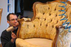 mit viel Liebe zum Detail wird dieser Sessel neu aufgepolstert.