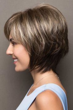Plus Size Cute Short Layered Haircuts 2017 - 2018 for Women Giving Stylish Look with Graceful Side Swept Bangs. Short Layered Haircuts are Now Most Trending Haircuts now a Days. Cute Hairstyles For Medium Hair, Short Hairstyles For Women, Medium Hair Styles, Straight Hairstyles, Cool Hairstyles, Short Hair Styles, Teenage Hairstyles, Hairstyles 2018, Short Hair With Layers