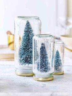 Mooi mini Fijn, zo'n tafereeltje op tafel! Plak een klein kerstfiguurtje op binnenkant van het deksel van een bokaal. Vul de bokaal met nepsneeuw of andere accenten naar keuze, en draai het deksel erop. Zet de bokalen omgekeerd op tafel.