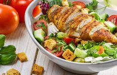 A dieta low carb consiste na restrição do consumo de carboidratos. Um grande aliado dessa dieta é o frango, que pode ser utilizado de diversas maneiras. A carne é usada tanto para refeições mais simples, como os lanches, quanto nos pratos principais. Confira opções variadas de receitas!