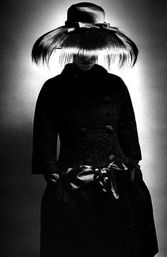 The world of old photography: Jeanloup Sieff: Queen, London,1964 Black White Photos, Black And White Photography, Old Photography, Fashion Photography, 1960s Fashion, Vintage Fashion, Gothic Fashion, Jeanloup Sieff, Portraits