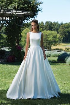 Svadobné šaty svadobný salon valery, svadba, nevesta, šaty na svadbu, biele svadobné šaty, hladké svadobné šaty, jednoduché svadobné šaty, luxusné šaty