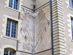 cadran solaire vertical sur une façade de l'Hôtel de Ville de Blois.