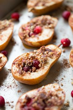 Baked Pears with Honey, Cranberries and Pecans is a super simple and healthy dessert recipe. These delicious pears are seasoned with cinnamon and nutmeg for an extra boost of guilt free flavor! Pear Recipes, Fruit Recipes, Holiday Recipes, Cooking Recipes, Christmas Recipes, Köstliche Desserts, Healthy Dessert Recipes, Delicious Desserts, Yummy Food