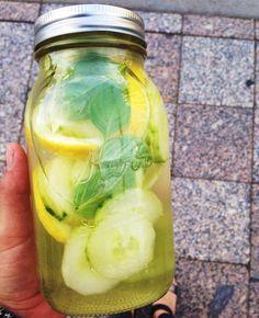 Pepino+Limon+Kiwi+Albahaca  Picar la fruta, ponerla en un jarro con agua, revolver y esperar un 30 minutos para que el agua adquiera sabor