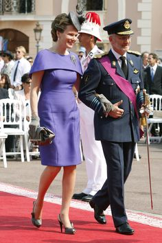 Queen Mathilde and King Philippe of Belgium. Hijab Fashion, Fashion Dresses, Dress Skirt, Peplum Dress, Princesa Mary, African Design, Royal Fashion, African Dress, Summer Dresses