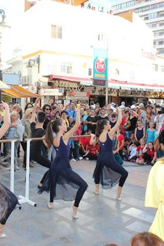 Muestra de clase de ballet durante el día de la danza en Torremolinos