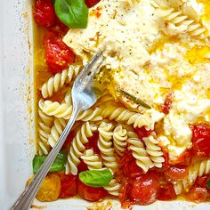 Pâtes à la feta et aux tomates cerises   Ricardo Tomato Pasta Bake, Cherry Tomato Pasta, Cherry Tomatoes, Pasta Recipes, Cooking Recipes, Healthy Recipes, Healthy Food, Pasta Casserole, Feta
