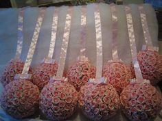 Lindíssima bola de flores de rosas em eva na cor rosa e fita de cetim com laço channel, para voce decorar sua festa e será mais que um sucesso!  Bola contém aprox. 90 rosas e mede: 22x22 disponível nos tamanhos: P - mede 12x12 valor R$ 35,90 M - mede 15x15 valor R$ 43,90 G - 22x22 valor R$ 115,90  Disponível nas cores; branco puro,champagne,pink,rosa bebê,lilás,roxo,laranja  Qual é a sua cor? R$115,00