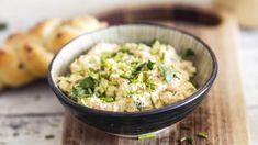 Receptů na pomazánky není nikdy dost! Tahle je plná zeleniny a sýra, a pokud ji chcete ještě vylepšit, můžete do ní na jemné nudličky nakrájet kvalitní šunku. Great Recipes, Risotto, Potato Salad, Grains, Food And Drink, Rice, Potatoes, Ethnic Recipes, Essen