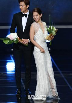 Lee Min Ho shared the stage with Park Shin Hye who also received a popularity award. Asian Actors, Korean Actresses, Korean Actors, Actors & Actresses, Heirs Korean Drama, The Heirs, Park Shin Hye Drama, Korean Celebrities, Celebs