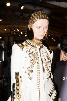 Robe blanche et dorée en backstage du défilé Givenchy printemps-été 2016 à New York