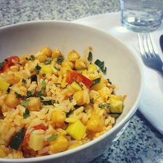 Almoço de hoje pronto em 10 minutos  Estufei levemente o grão (previamente cozido) com os legumes e no final juntei arroz seco (que sobrou do jantar de ontem). Simples e fácil assim