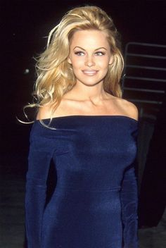 The 12 Oddest Celebrity Couples : Pamela Anderson dated WHO? And 10 other celebrity couples that surprised us over the years Madonna revealed to Howard Stern that she and Tupac Shakur dated in the early nineties, proving opposites really do attract. Pamela Andersen, Yasmine Bleeth, Anna Nicole Smith, 90s Hairstyles, Hair Flip, Female Actresses, Look Vintage, Up Girl, Girl Crushes
