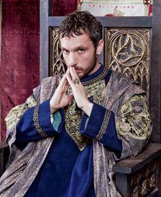 Pablo Derqui es  Enrique IV de Castilla.  Hijo de Juan II de Castilla. Era hijo de la primera esposa de Juan II, María de Aragón. Hermano de Isabel