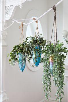 Un décor Hygge avec des plantes suspendues . // Hanging plants on a branch. Hanging Plants, Indoor Plants, Hygge, Happy Hippie, Garden Crafts, Modern Boho, Green Plants, Living Room Inspiration, Porch Decorating