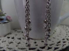 Boucles d'oreilles Uniques, Argenté/Cristal, Connecteur arabesque rond plat en métal argenté vieilli, Perles et chaînettes de différentes longueurs. : Boucles d'oreille par univers-des-perles-brigitte