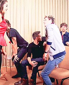 Notice Louis look at Harry...Niall's doing the same thing and did Louis look? Nope. He starts talking to the camera but he didn't look at Niall.