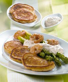 Blinis mit grünem Spargel und Garnelen -  Würzige Kartoffelpuffer mit Garnelen und Spargel