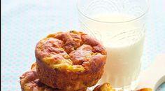 Маффины для школы==1 стакан муки 1/3 стакана цельнозерновой муки 2/3 стакана овсяных хлопьев 300 мл кефира 1 яйцо 60 мл растительного масла 1 стакан тертого сыра 150 г филе куриной грудки 1 маленький цукини половина сладкого красного перца 1 маленькая морковка 2 зубчика чеснока 2 ст. л. оливкового масла 1 ч. л. сушеного базилика 1/2 ч. л. соды 1,5 ч. л. разрыхлителя 1 ст. л. сахара 1/2 ч. л. соли