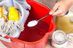 Baking soda, aka sodium bicarbonate, is undoubtedly one of the most versatile kitchen ingredients. Baking Soda Shampoo, Diy Shampoo, Baking Soda Uses, Cleaning Hacks, Cleaning Supplies, Floor Cleaning, Homemade Cleaning Products, Sodium Bicarbonate, Clean House
