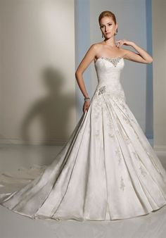 I don't really like ball gowns but this one is stunning.