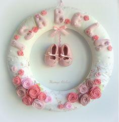 Guirlanda Floral! Felt Crafts Diy, Diy Crafts For Kids, Sewing Crafts, Baby Kranz, Baby Deco, Felt Wreath, Felt Baby, Baby Keepsake, Felt Patterns