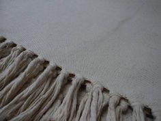 Jogo de tapete para cozinha  Cor Algodão cru  Descrição: Feito com fios de algodão; Confeccionado em tear; Fácil de limpar; Pode ser lavado em máquina ou tanquinho;  Contém: 1 Passadeira medindo 1,70 x 0,45 2 Tapetes medindo 0,85 x 0,45  Obs.: 3ª,4ª e 5ª foto do tapete estão expostos (somente como modelo) R$34,27