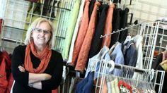 """Seit den 1960er-Jahren kaufen vor allem Frauen bei Schindler Weben (Am Bindermichl 35) ein. Verkäuferin Ernestine Wageneder (Bild) berät ihre Kunden schon seit 39 Jahren. """"Besonders gut verkaufen sich derzeit Oberteile und Hosen"""", sagt sie. Etwa ein braunes Kleid mit weißen Punkten von Betty Barclay um 99 Euro. Mehr zum Bindermichl: http://www.nachrichten.at/oberoesterreich/linz/Der-Bindermichl-Von-der-gruenen-Wiese-zum-Wohnviertel;art66,1337595 (Bild: Weihbold)"""
