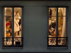 Après New York, la photographe américaine Gail Albert Halaban s'est intéressée à l'intimité des Parisiens. En les prenant en photo… via la fenêtre de leurs maisons.
