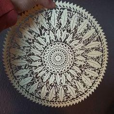 Découpage terminé! ☺ ~~~~~~~~~~~~~~~~~~~~~~~~~~~ #Mix #mandala #dreamcather #boho #bohochic #feathers #leaves #paper #papercut #papercuttingart #cutfrompaper #papercraft #handcut #handdrawn #wip #art #artwork #artist #instaart #madeinfrance #dijon #madecoamoi #walldecor #wallart #creativity #inspiration #mandalala #paperart