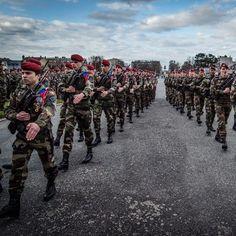Creation du 5eme escadron du 1er régiment de hussards parachutistes (1er RHP) de Tarbes le 11 mars 2015. A l'issue de la ceremonie l'escadron a defile devant le 1er RHP et les autorites presentes en chantant. Cet escadron aux ordres du capitaine Bouzier a été créé par le 1er RHP suite aux directives du chef d'état-major de l'armée de Terre (CEMAT)pour renforcer les unites de mêlées. Photo : SCH Thierry F./@armee2terre #armeedeterre #frencharmy #ceremonie #soldats #respect #militaire #soldier…