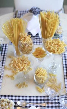 How To Decorate Your Dinner Table Dinner Party Decorations, Dinner Party Table, Dinner Themes, Food Decoration, Italian Themed Parties, Italian Party, Italian Table, Little Italy Party, Tablescapes