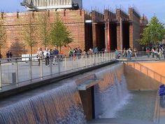 Wasserfall der Gärten im Wandel, im Hintergrund der Schweizer Pavillon Expo 2000 Hannover