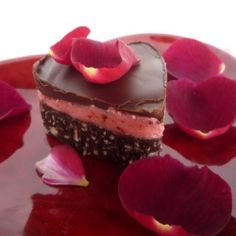 I love the idea of raspberries in the centre of nanaimo bars Sweet Factory, Nanaimo Bars, Small Desserts, Valentines Food, Sweets Recipes, Raspberries, Cheesecake, Favorite Recipes, Treats