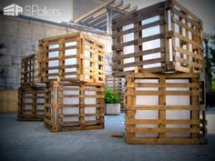 Huge lights for a summer festival made from recycled pallets pallet for outdoor projects pallet lights & lamps Recycled Pallets, Wooden Pallets, Pallet Benches, Pallet Couch, Pallet Tables, Pallet Bar, Sitemap Design, 1001 Palettes, Pallet Light