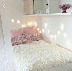Simpel tapi cute banget. Bisa Anda tiru jika memiliki kamar yang mungil.