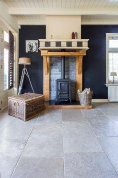 Grijze natuursteen tegel van Bourgondische dallen in de woonkamer | Franse kalksteen Gris Fonce | Kersbergen.nl