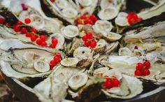 Ostriche, molluschi e frutti di bosco per un evento luxury chic. Prodotti freschissimi e di qualità superiore nelle preparazioni di Alba Catering. #ostriche #molluschi #buffetdimare #buffet #fruttidibosco #prodottifreschi