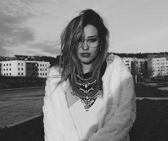 ⭕️El formato #MAXI se impone junto con formas geométricas y cortes asimétricos⭕️ Los #collares en esta nueva temporada no van a dejar indiferente a nadie. Sus diseños se dejan llevar por la fantasía y son elaborados con todo tipo de materiales como el metal, las perlas, las piedras brillantes, las plumas, o el cristal, como en este precioso #accesorio. www.nephra.es @Ines_splash #NoSinMiCollar #NEPHRA #inspiracion #ootd #outfit #winter #otoño #invierno