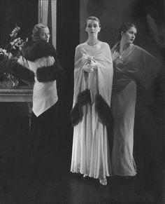 Mainbocher Capes, photo by Edward Steichen, 1932 Edward Steichen, 1930s Fashion, Vintage Fashion, Fashion Art, Retro Fashion, Fashion Women, Fashion Tips, Les Suffragettes, Paris 1920s