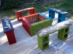 Gör utemöbler av byggblock och måla dem.