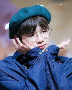 "431 Suka, 4 Komentar - WANNA ONE's KANG DANIEL (@kangdanielogy) di Instagram: ""|| April 21st Daegyo Fansign || ❤💕💓 - - - - - #kangdaniel #wannaone #wannable #강다니엘 #워너원 #워너블…"" Jinyoung, Kang Daniel Produce 101, K Pop, Korea Boy, Daniel K, Kim Hanbin, Kpop Guys, 3 In One, Korean Boy Bands"