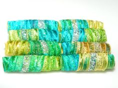 Se trata de un conjunto de 8 joya tonos perlas de tubo de fibra verde, amarillo y oro. Usted pagará gastos en su primer conjunto de granos solamente. Después de su primer set en el cesto, cargos de envío adicionales no se aplicarán en el mismo orden de mi tienda. Se puede elegir entre varios diferentes listo para enviar tamaños de agujero al adquirir este set de bolas. tamaño del agujero de 2 mm. Los granos son 33 mm o 1,25 pulgadas de largo. Suficientemente grande para alambre de abalorios…