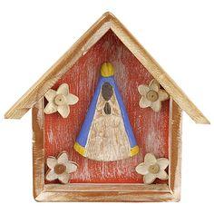 Tok&Stok - ORATÓRIO NOSSA SRA APARECIDA ADORNO VRD Oratório, confeccionado artesanalmente em madeira maciça entalhada e pintada com acabamento desgastado. Confeccionado por artesãos do município de Carangola, em Minas Gerais.