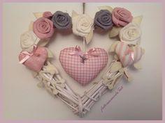 Corona/fiocco nascita con cuori e rose, by fattoamanodaTati, 33,00 € su misshobby.com