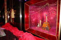 Bij Bloomingdales palmt le Cirque du Soleil de kerstetalage in. Het gerenommeerde circus bedacht exlusieve marionetten voor het warenhuis.  Bloomingdale's, Third Avenue, 59th Street, New York