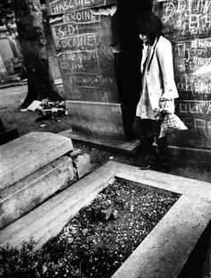 """iaintnobodyswhore: """" Patti Smith visits Jim Morrison's grave at Père Lachaise, Paris """" She was inspired to write Break It Up by a dream she had where Jim Morrison's ghost is trying to escape from his..."""